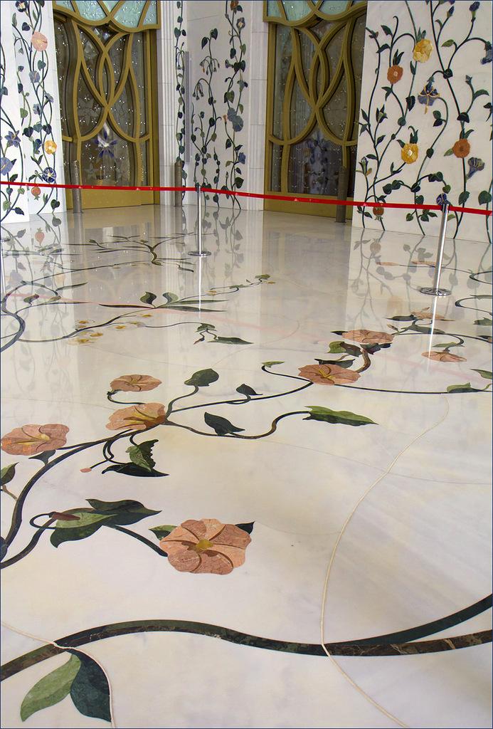 Мраморные полы и стены Белой мечети Абу-Даби украшенные мозаикой, инкрустированы полудрагоценными и поделочными камнями -самоцветами.