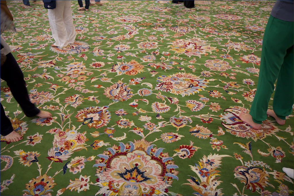 Пол, устланный самым большим в мире персидским ковром.Белая мечеть Абу-Даби.