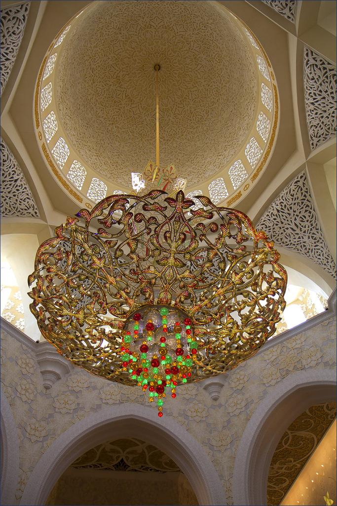 Центральная люстра Белой мечети Абу-Даби.