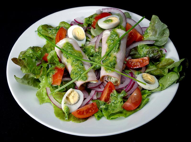 Зеленый салат с мясными рулетиками!