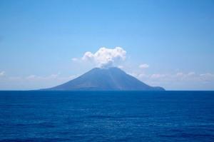 Средиземное море,действующий вулкан Стромболи,территория Италии