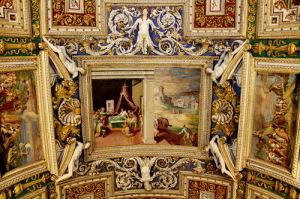 Расписанный потолок в галереи