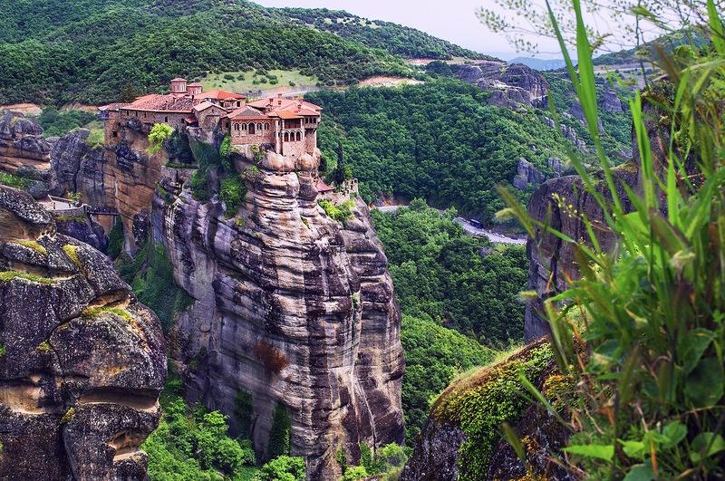 Вид на монастырь Айос Варлаамос из Мегало Метеори
