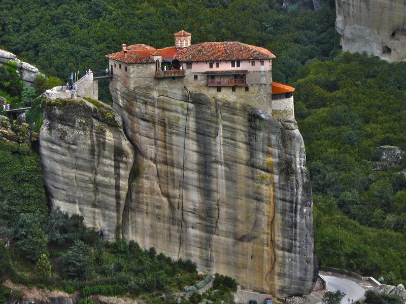 Вид из Айос Варлаамос на монастырь Русанну.