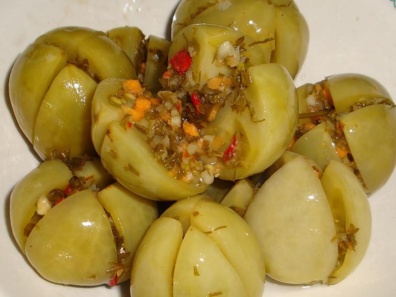 Пикантная закуска из квашеных фаршированных помидоров