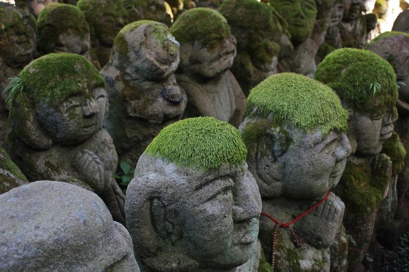 Каменные скульптуры в буддийском храме Otagi Nenbutsu-Ji (Киото, Япония)