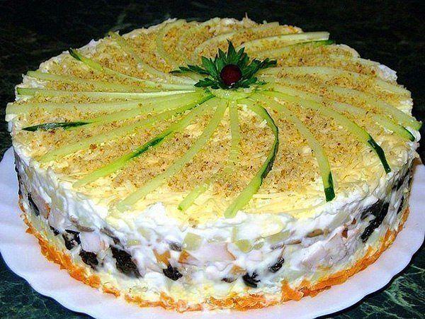 sloenyj-zakusochnyj-salat-s-kopchyonoj-kuricej