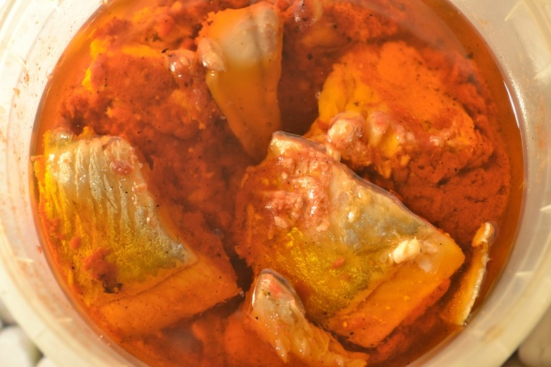 Маринованная селёдка с томатной пастой