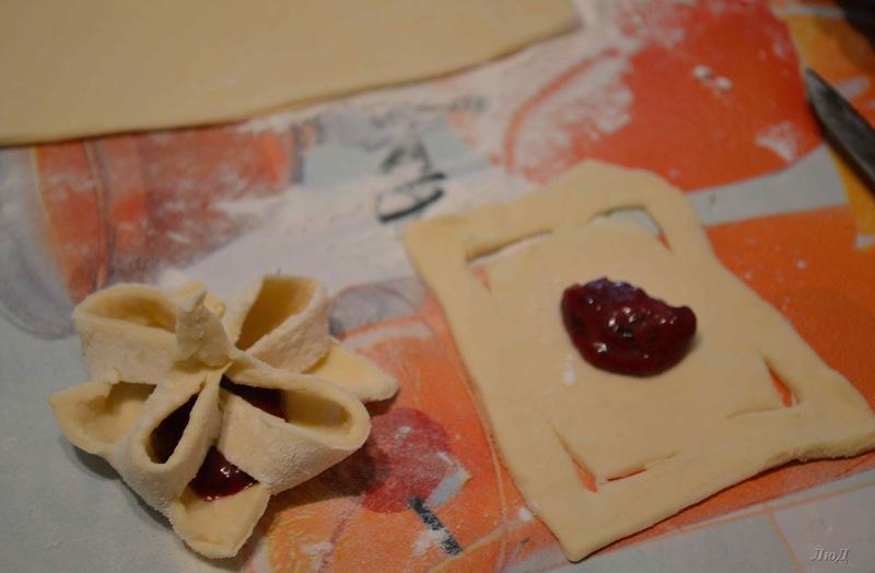 Печенье-цветочки из слоёного теста