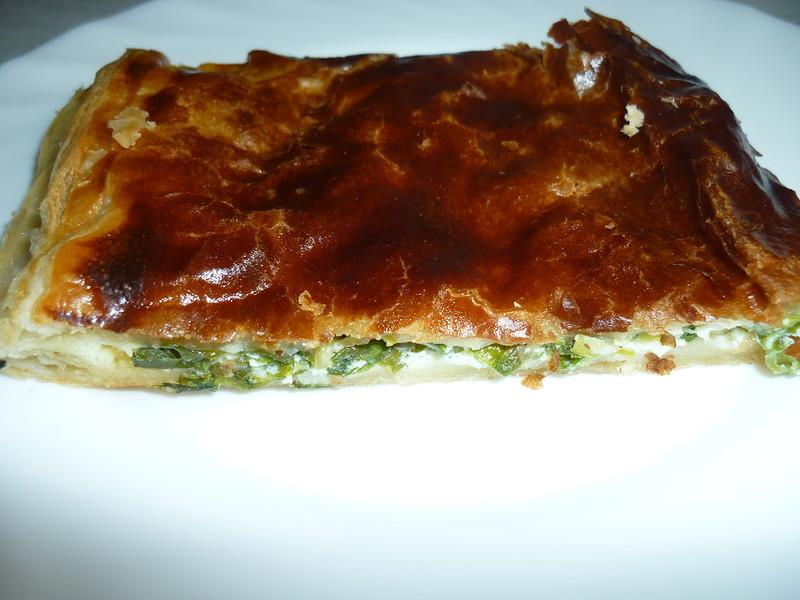Пирог из слоеного теста с луком, яйцом и сыром