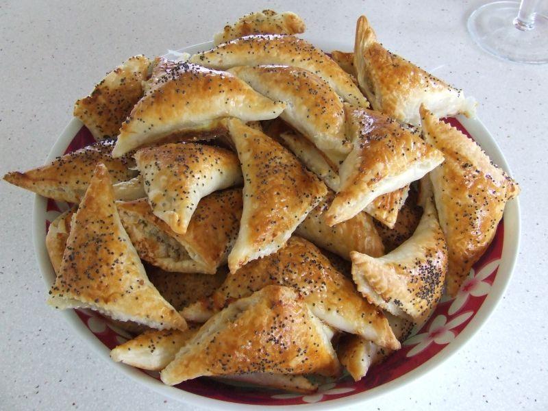 Пирожки из слоеного теста с начинкой из куриного фарша