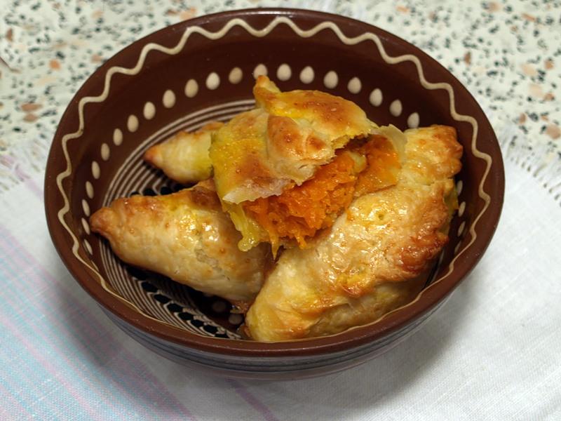 Пирожки из слоеного теста с начинкой из тыквы