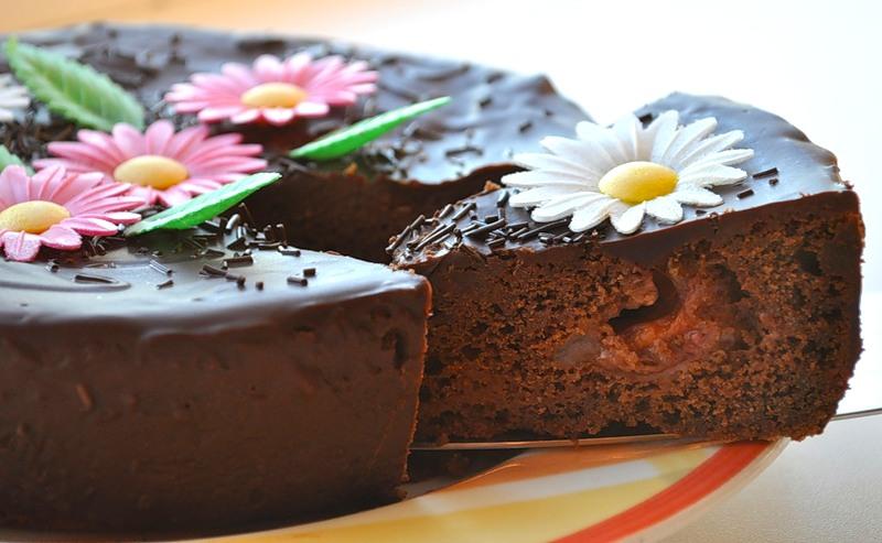 Шоколадный торт со сливами