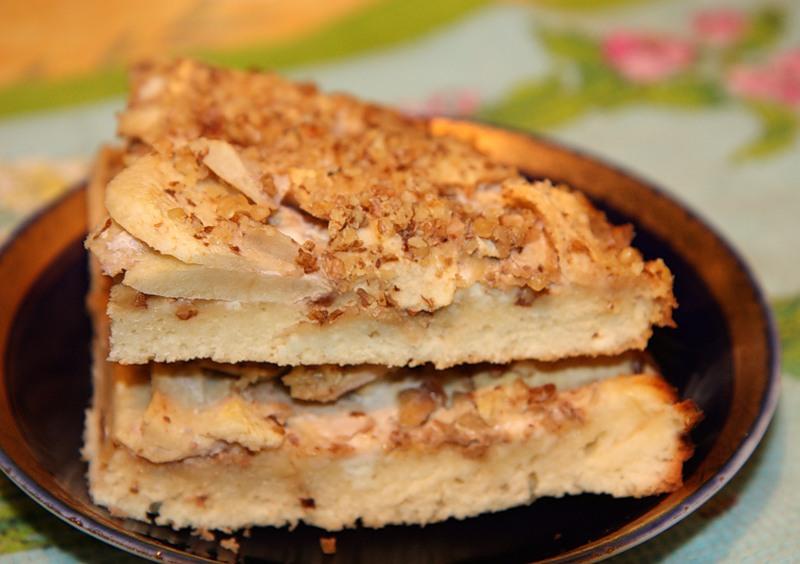 Яблочный пирог с орехами и сыром