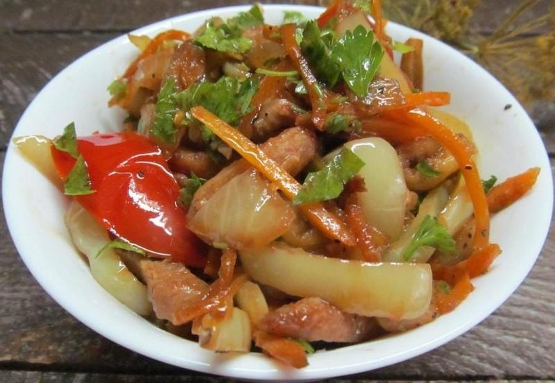 Теплый закусочный салат из баклажанов и куриного филе