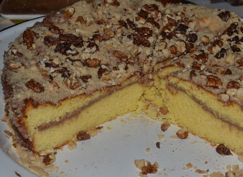 Бисквитный торт с орехами и печеньем