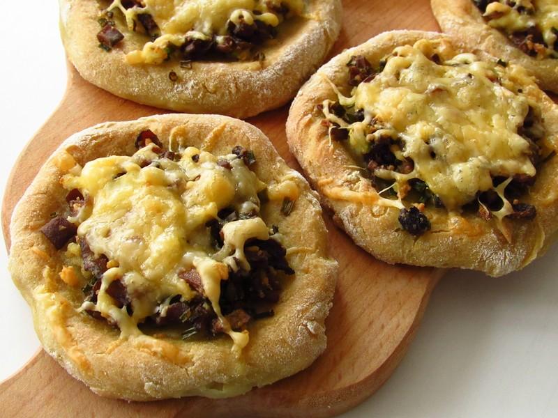 Картофельные ватрушки с грибами и сыром