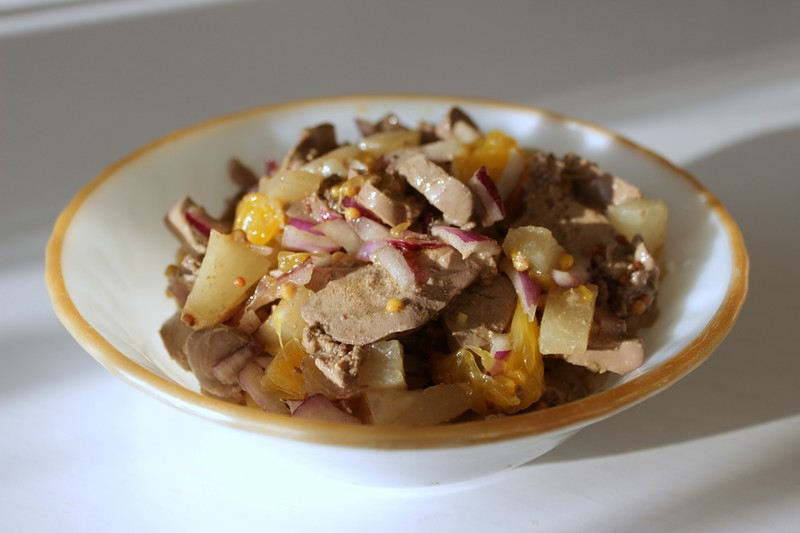 Салат с куриной печенью и фруктами