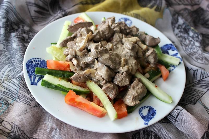 Теплый салат из куриной печени с шампиньонами
